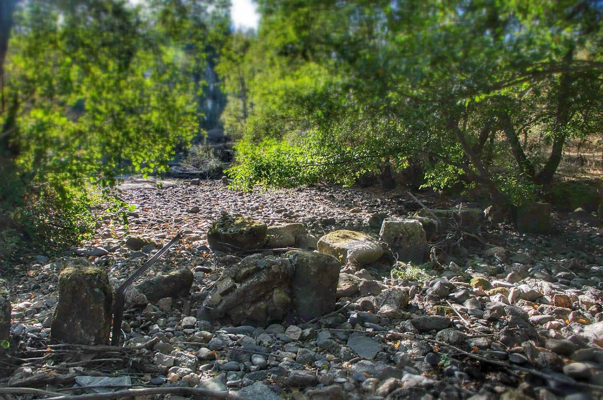 Pasiles de piedra del paso del GR-181 sobre el río Alagón